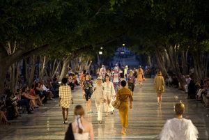 Modelky predvádzajú kreácie Karla Lagerfelda.
