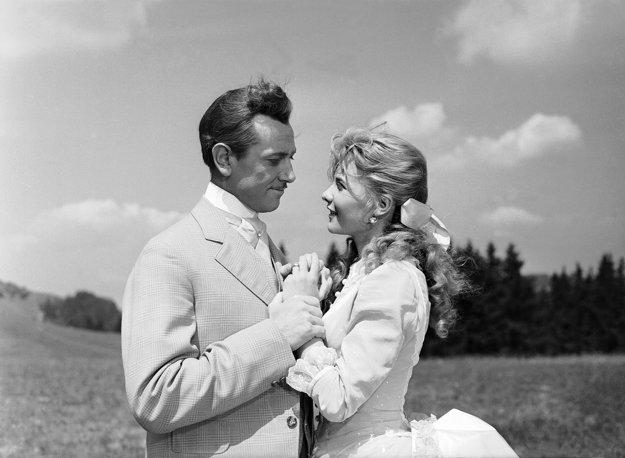 Krásna filmová dvojica Karol Machata s Mari Törőcsikovou v roku 1958 vo filme Dáždnik svätého Petra.