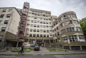 Budova bývalej polikliniky Bezručova dnes – zdevastovaná nehnuteľnosť slúži ako nocľah pre bezdomovcov a miesto na nočné dobrodružstvá mládeže. Majiteľ chcel začať s rekonštrukciou ešte v roku 2014, iba vlani dostal stavebné povolenie.