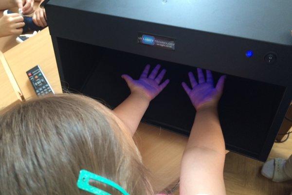 Škôlkarka pri kontrole správneho umytia rúk.