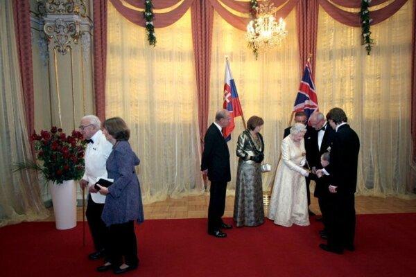 Slávnostne vyzdobená sála Reduty, kde sa konala štátna večera na počesť návštevy britskej kráľovnej.
