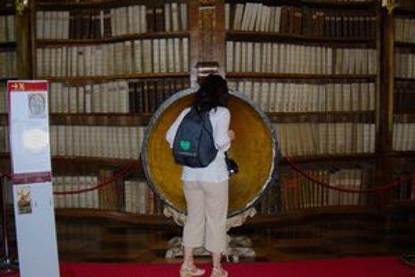 Kláštor sa hrdí knižnicou.