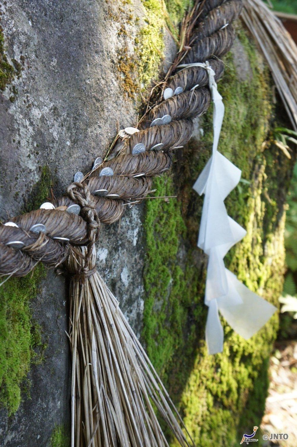 Cestu ku svätyni Ideha na hore Haguro lemujú zahodené mince, ako znak vzdania sa majetku.