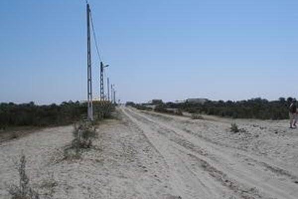 Osemkilometrová priehrada v prístave Sulina zabraňuje prirodzenému ukladaniu piesku pozdĺž pobrežia.