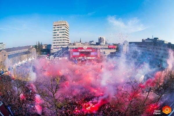 V Eindhovene už asi ani veľmi nepočítali, že by si mohli užiť majstrovské oslavy. Nečakané zakopnutie Ajaxu však spustilo radostné emócie medzi fanúšikmi PSV.