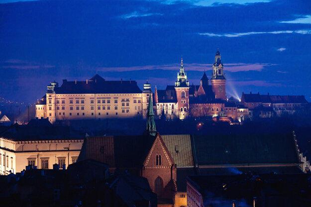 Pahorok s kráľovským zámkom Wawel krátko po zotmení.