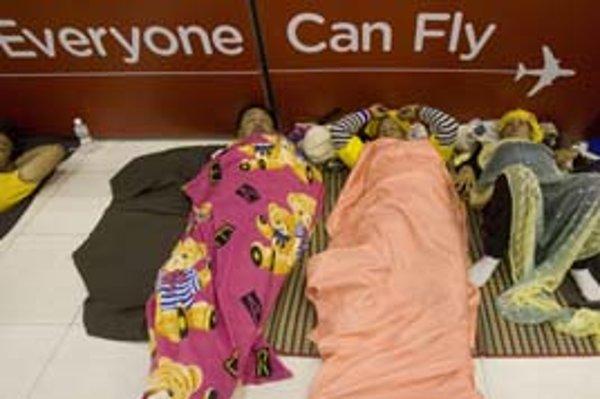 Protivládni demonštranti spia na letisku Suvarnabhumi.