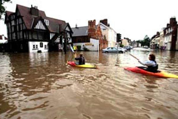 Pre prudké dažde v okolí Britských ostrovov museli ľudia vytiahnuť loďky.