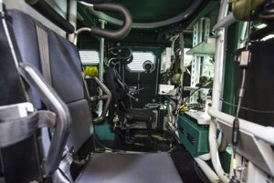 Interiér obrneného vozidla Aligátor.