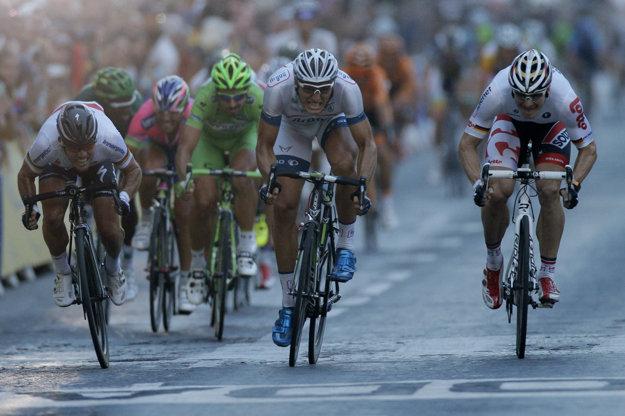 Champs-Élysées bez áut pozná aj Peter Sagan. V roku 2013 tu finišoval v zelenom tričku za Marcelom Kittelom, Markom Cavendishom a Andrem Greipelom.