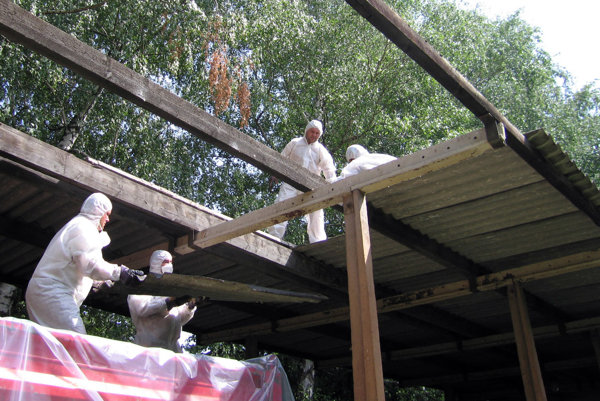 Odstraňovanie pergoly, ktorá obsahovala azbest, na ZŠ Tulipánová.