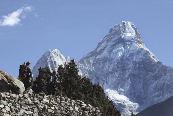 Turisti smerujú do Dingboche, populárneho základného kempu Mount Everestu.