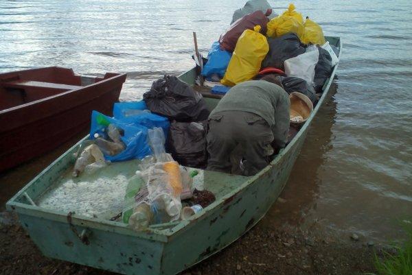 Vrecia s odpadom budú zvážať na Ústie člnmi.