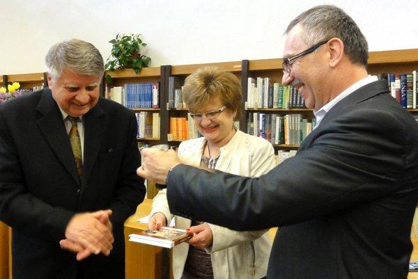 Knihu Jozefa Bilyho (vľavo) krstia korením, štipľavým ako Bilyho humor, Alžbeta Staníková aVladimír Maňka.