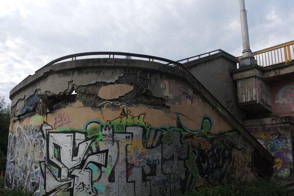 Praskliny aopadaná omietka sú dôkazom zlého technického stavu mosta.