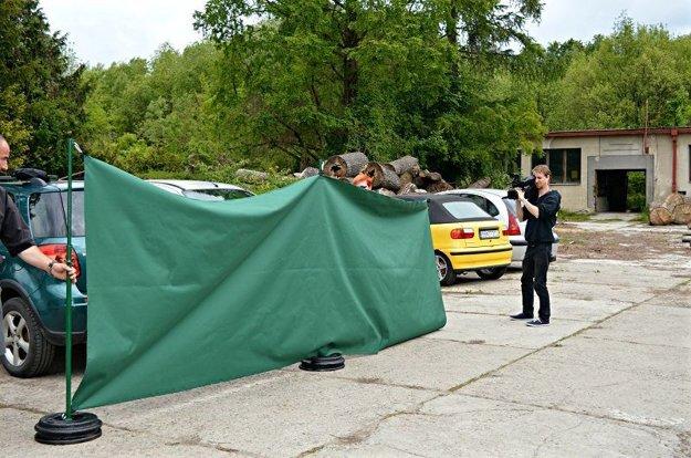 Pri kosení budú využívať aj plachty, aby zvyšky pokosenej trávy nekončili na zaparkovaných vozidlách.
