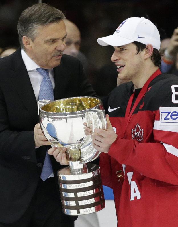 Na snímke zo 17. mája 2015 odovzdáva René Fasel trofej za víťazstvo na majstrovstvách sveta v Česku kapitánovi Kanady Sidneymu Crosbymu.