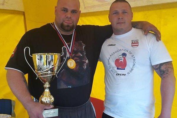 Milan Šuľan (vľavo) s trofejou pre víťaza.