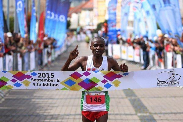 Víťazný Keňan Joel Maina Mwangi v cieli.