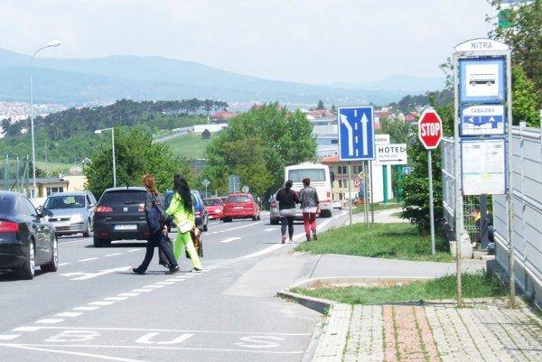 Na frekventovanej ceste chýba priechod pre chodcov.