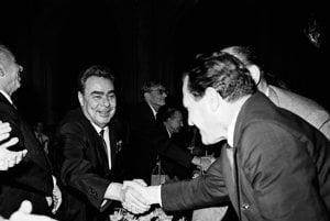 Na archívnej snímke z  3. augusta 1968 si vzájomne blahoželajú súdruhovia Leonid Brežnev s prvým tajomníkom ÚV KSS Vasiľom Biľakom.