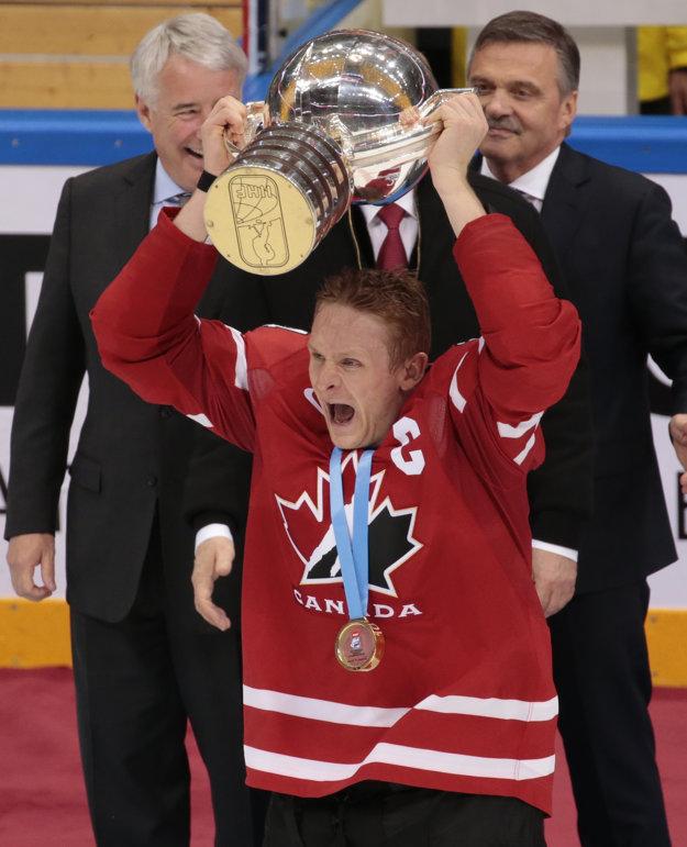 Kapitán Corey Perry dvíha nad hlavu trofej pre majstrov sveta.
