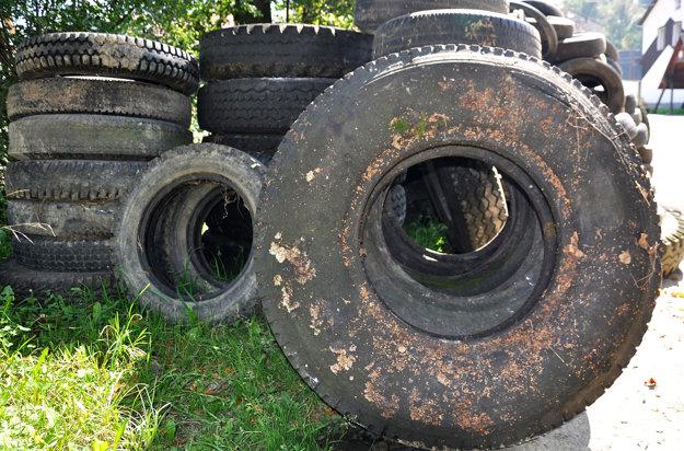 Podľa nového zákona musia staré pneumatiky bezplatne odoberať autoservisy, pneuservis aj predajcovia.