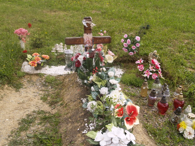 Paťkin hrob neustále zdobí množstvo kvetov