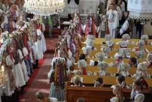 Svadobčania v kostole.