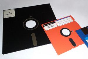 Evolúcia diskiet. Američania používajú tie vľavo, osempalcové.