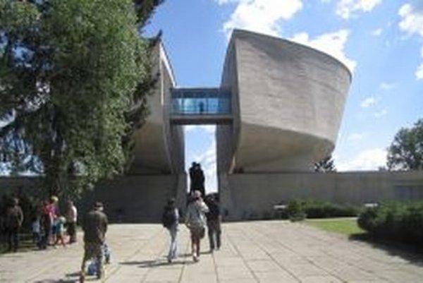 Pamätník SNP má dva dôvody na oslavu. Výročie skončenia vojny, ale aj založenie múzea.