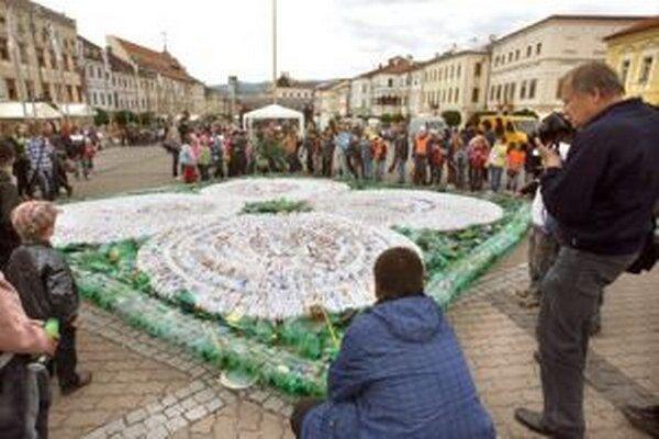 Envirofilm sa vždy nesie aj v znamení rekordov. Takto vznikal na banskobystrickom námestí najväčší obrazec z plastov.