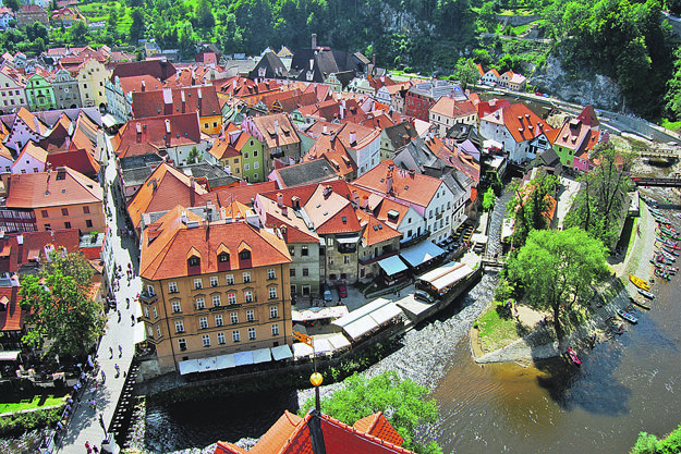 Český Krumlov pri pohľade zo zámockej veže.