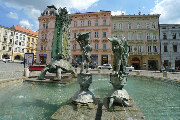 Horné námestie dopĺňa moderná Ariónova fontána. Barokový morový stĺp máte pri tomto pohľade za chrbtom.