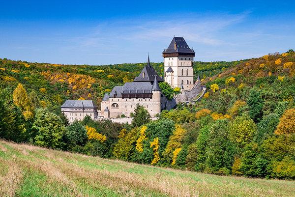Hrad Karlštejn patrí medzi obľúbené turistické ťaháky v Českej republike.