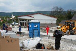 Na stavbe je čulý pracovný ruch.