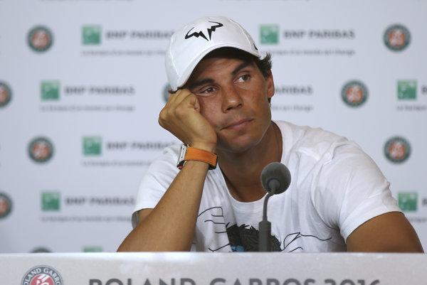 Rafael Nadal pauzoval so zranením ľavej ruky.