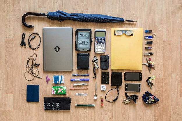 Dáždnik, mini USB, micro USB, notebook, Kindle touch, kalkulačka casio fx-9860gii SD, filter na pozorovanie Slnka, obaly na rôzne papiere, tri USB, ledkové svetlo, adaptéry a káble, štyri kľúče, dva mobily, USB disk, kocka, zvinovací meter, vizitky, mini teleskop, lyžica, zelený laser, kontaktný teplomer, dve perá, fixy na flipchart, pentelka, peňaženka, smart karty, plátená taška, vreckovky, papiere, slúchadlá, pomôcka na čítanie.
