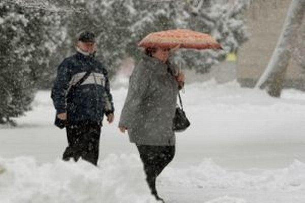 Sneženie dnes komplikuje dopravu aj v okrajových častiach Banskej Bystrice.