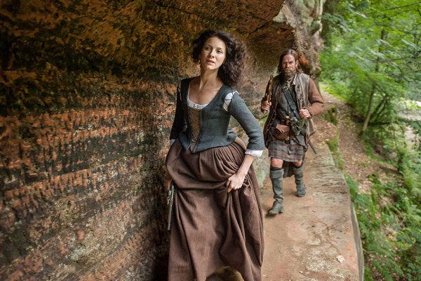 Hlavná postava seriálu Outlander Claire čelí zložitej dileme: zostane verná manželovi alebo sa nechá uniesť láskou kmilencovi zo sedemnásteho storočia.