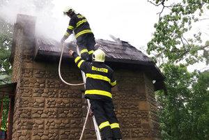 Horieť začal šindeľ pod plechovou strechou.