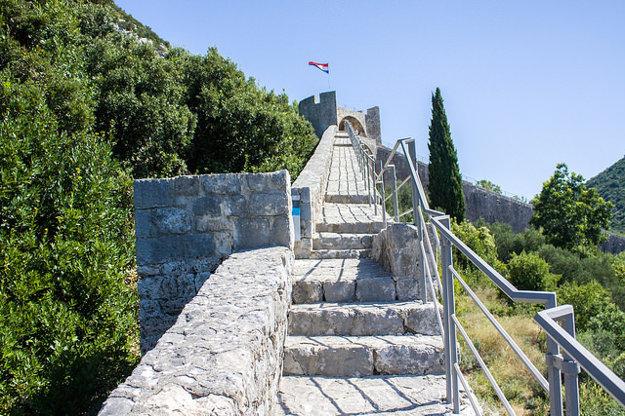 Kamenné hradby na poloostrove Pelješac chránili produkciu soli pred útokmi pirátov. Po čínskom múre sú to druhé najdlhšie zachované hradby na svete.