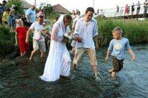 Mladomanželia vo vode.