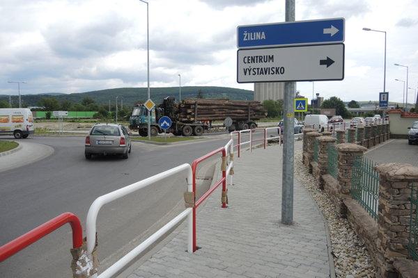 Chodník a značky je podľa Trenčanov monumentom hanby.
