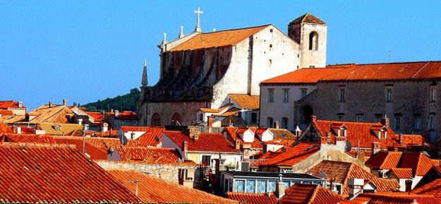 Vychádzka po mestských hradbách ponúka výhľady na mesto.