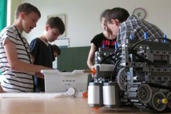 Úspešného robota vytvorili žiaci na robotickom krúžku.