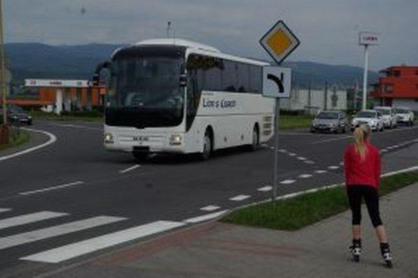 Vodiči autobusov to na tejto križovatke nemajú jednoduché.