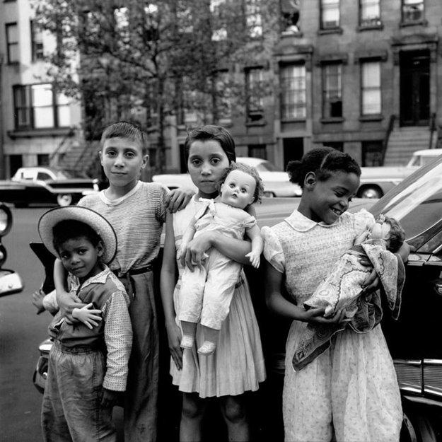 Dielo fotiacej pestúnky Vivian Maier bolo objavené až v roku 2007, počas svojho života fotografie nikomu neukázala. Súčasťou rozsiahleho diela je aj množstvo fotografií z každodenného života detí, táto pochádza z Chicaga z konca päťdesiatych rokov.