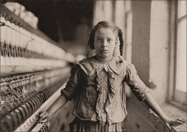 Lewis Hine fotografoval detskú prácu cielene. Dievčatko v americkej cvernovke v štáte Georgia v roku 1909.