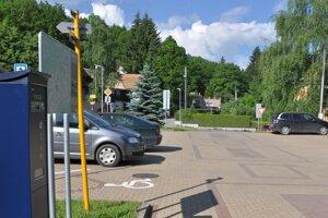 Parkovisko vedľa Hviezdoslavovho námestia bývalo cez deň stále plné.